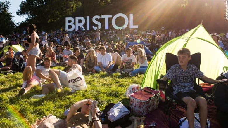 عشرات المناطيد تلوّن سماء مدينة بريستول البريطانية