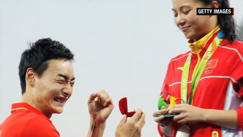 شاهد.. غطاس أولمبي يطلب يد زميلته في الفريق الصيني بعد تتويجها مباشرة