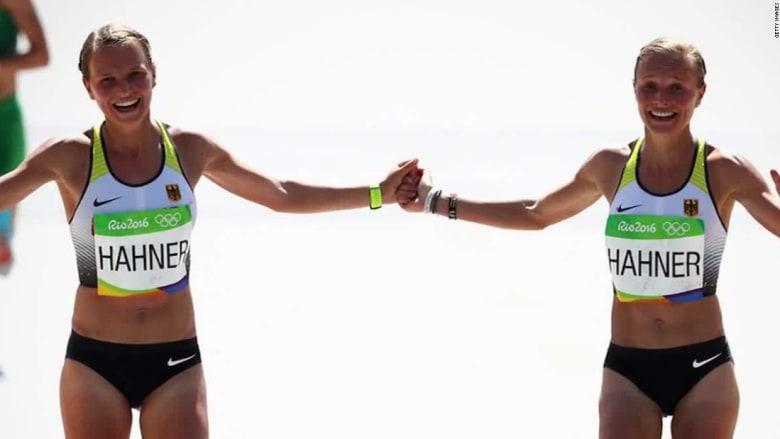 شقيقتان توأم تثيران جدلاً كبيراً في أولمبياد ريو بوصولهما سويا إلى خط النهاية