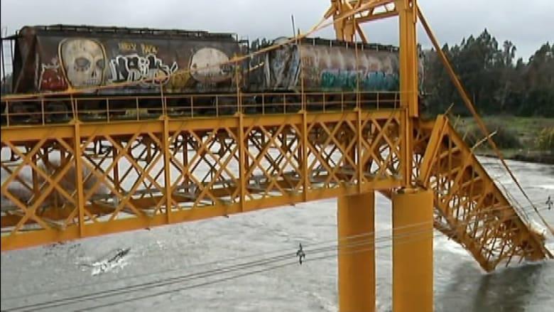 شاهد.. سقوط قطار إثر انهيار جسر في نهر جنوب تشيلي