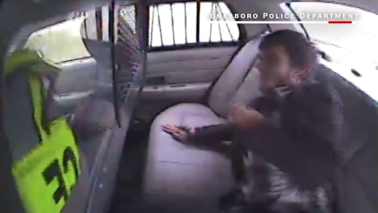 شاهد.. مشتبه به يحلق في الهواء بعد اصطدام سيارة شرطة تنقله
