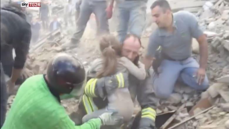 شاهد لحظة انتشال طفلة إيطالية على قيد الحياة بعد ساعات تحت الأنقاض