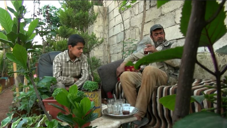 بقعة صفاء وسط فوضى الدمار.. تعرف إلى راعي آخر مشتل في حلب