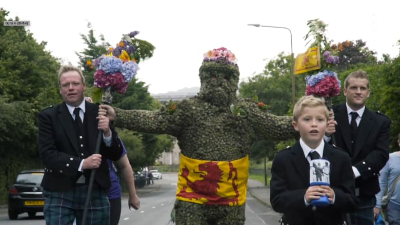 تعرف إلى رجل الحظ السعيد.. تقليد قديم في اسكتلاندا