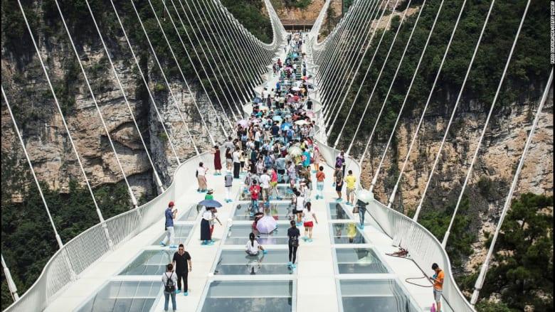 بعد 13 يوم من افتتاحه.. إغلاق أطول جسر زجاجي بالصين