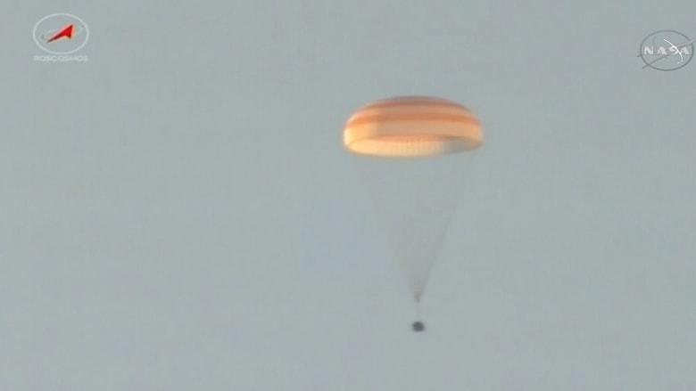 شاهد.. لحظة هبوط كبسولة فضاء على متنها ثلاثة رواد في كازاخستان