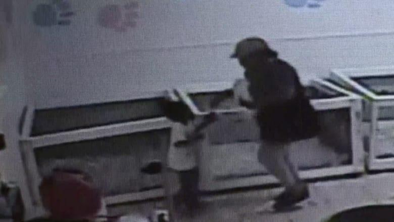 سرقة من نوع مختلف.. أمٌ تسرق جروا برفقة طفلتها