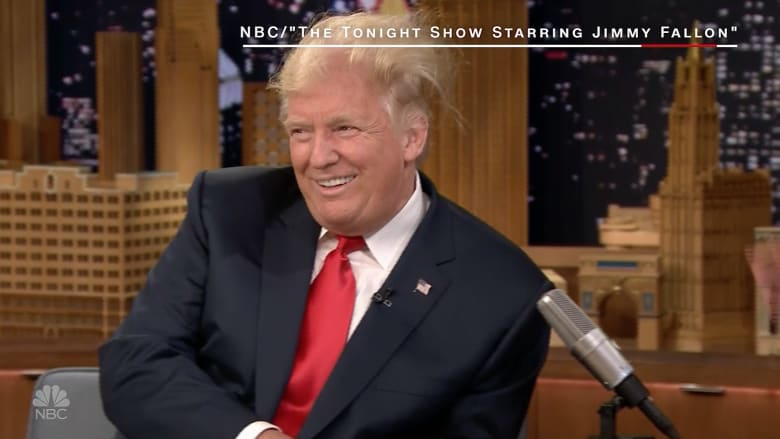 إعلامي ساخر يبعثر شعر ترامب خلال برنامجه