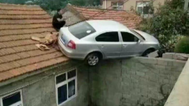 لن تصدق! سائق يركن سيارته على سقف منزل