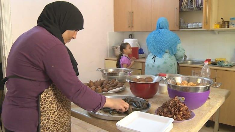 """أطباق سورية من لاجئات في القاهرة.. أهلاً بكم إلى """"زيت زيتون"""""""