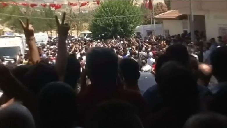 """متظاهرون بجنازة ضحايا هجوم غازي عنتاب يهتفون: """"أردوغان قاتل"""""""