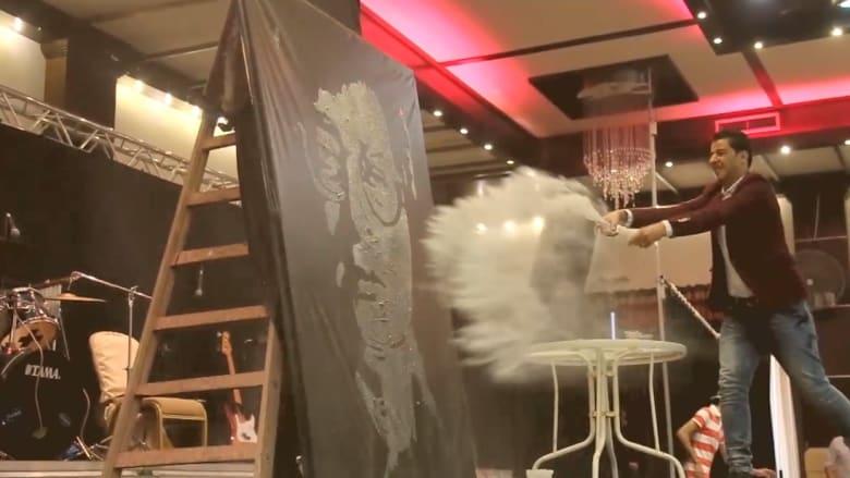 محمد الديري.. فنان يستخدم النار والتراب في صنع لوحاته