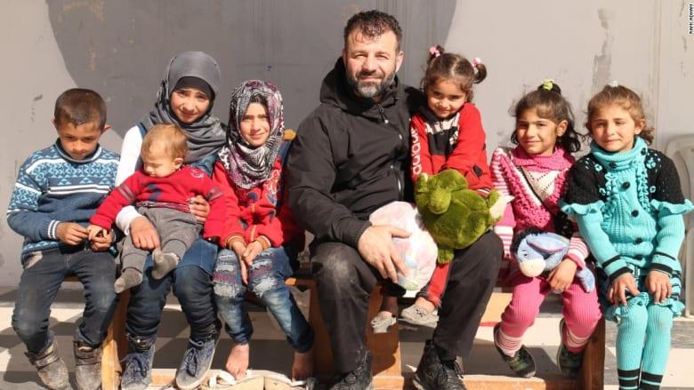 هذا الرجل يخاطر بحياته ليهرب الألعاب لأطفال حلب