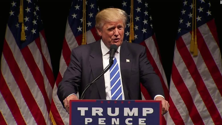 ترامب يمازح جمهوره: إذا كنتم مسيحيين محافظين ارفعوا أيديكم؟