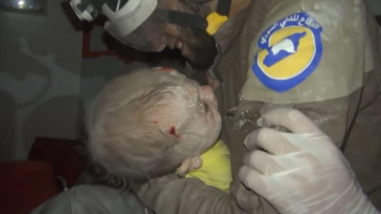 شاهد.. بكاء منقذ بعد انتشال رضيعة سورية من تحت الأنقاض