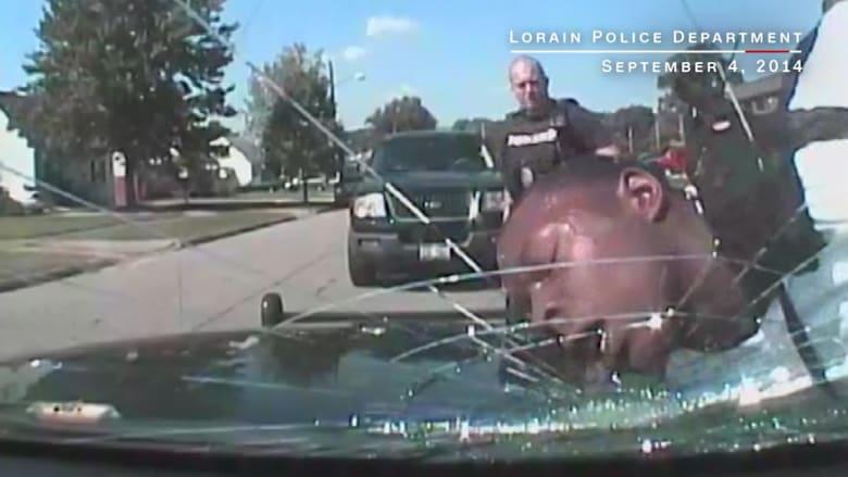 شاهد.. ارتطام وجه شاب بزجاج سيارة شرطة