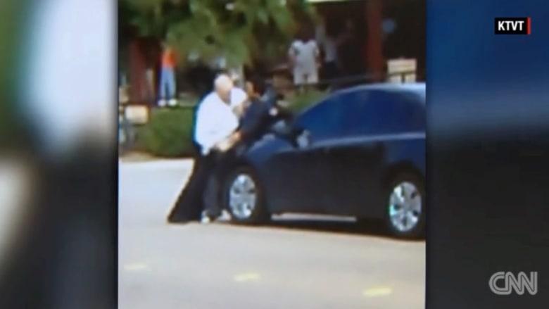 شرطي يطلب المساعدة خلال اعتقال لص.. شاهد ماذا حدث؟
