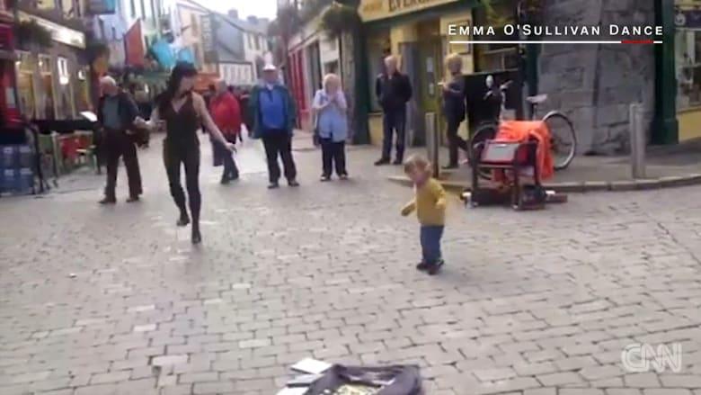 طفلة أيرلندية تخطف القلوب
