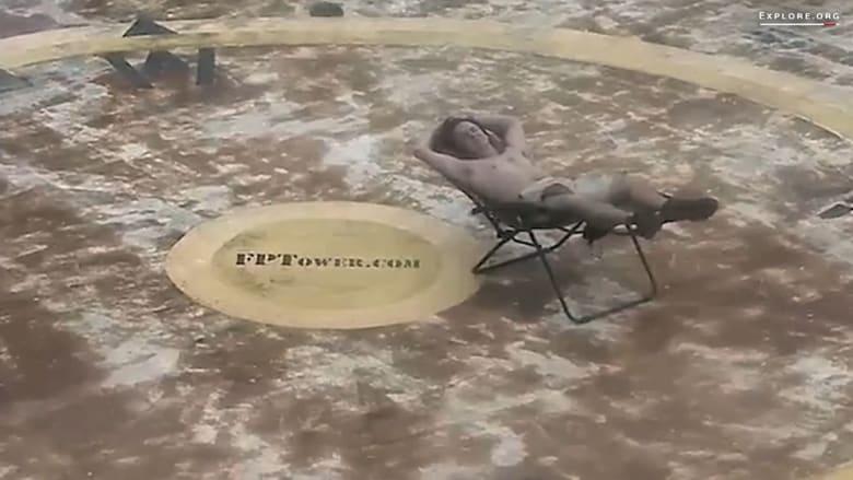 """رجل يسترخي وسط المحيط خلال إعصار """"ماثيو""""!"""