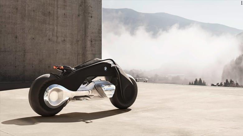 توازن ذاتي وأجهزة استشعار للحوادث.. هذه دراجة المستقبل النارية من BMW