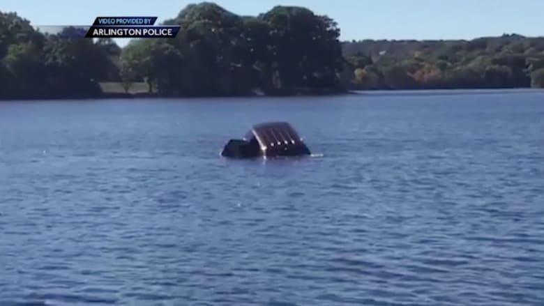 امرأة تسقط بسيارتها في بحيرة و3 رجال يسارعون لإنقاذها