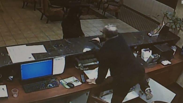 موظف بفندق يتصدى لسارقة مسلحة