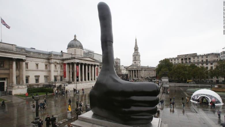 ما قصة هذا التمثال الذي يرفع إبهامه في وسط لندن؟