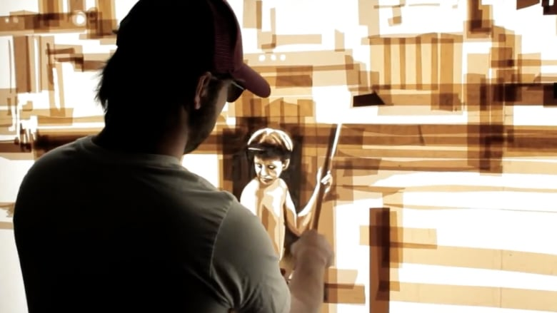 فنان يصنع لوحاته الفنية من أشرطة لاصقة