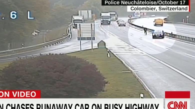 شاهد لما يطارد هذا الرجل سيارة على الطريق السريع