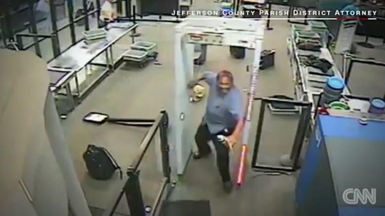 رجل يهاجم نقطة تفتيش لإدارة أمن النقل الأمريكية بمنجل