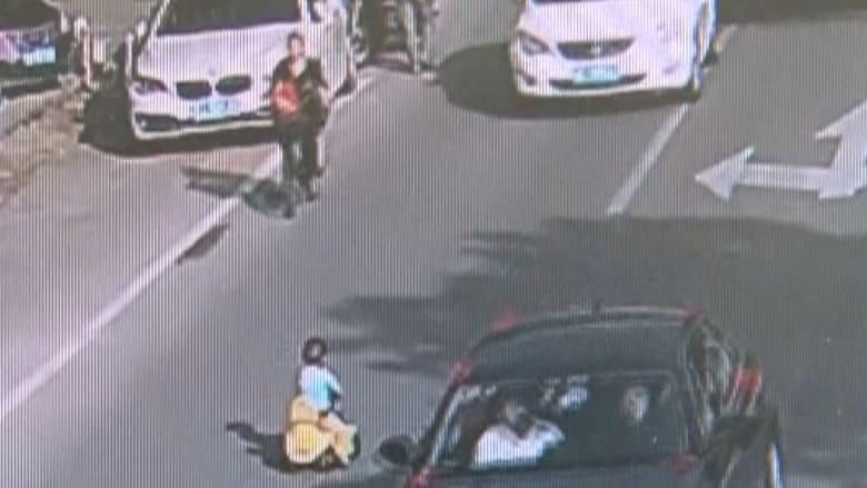 شاهد.. طفل صيني يتوه في شارع مزدحم عكس حركة المرور
