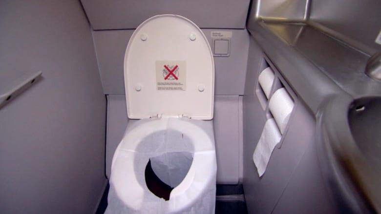معلومة قد لا تعرفها.. كيف تُفرغ مراحيض الطائرات؟