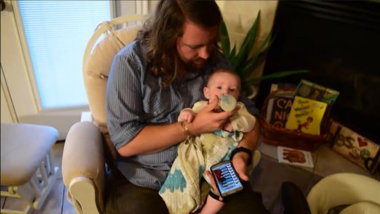 طفل ينام على صوت أغاني أمه الراحلة.. بمساعدة الانترنت