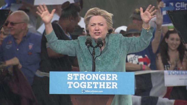 شاهد.. أمطار غزيرة تقاطع كلينتون أثناء خطاب لها