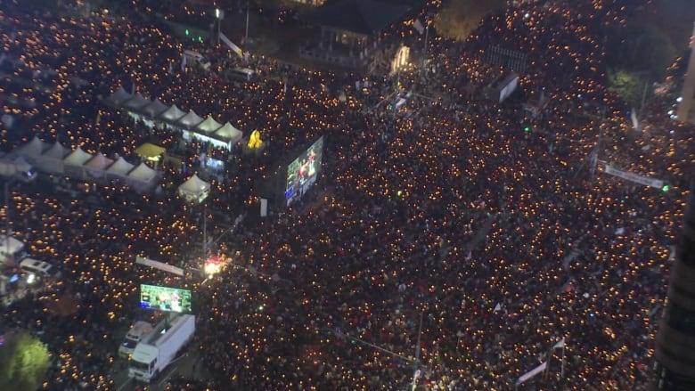 مئات الآلاف يطالبون برحيل رئيسة كوريا الجنوبية بسبب صديقتها