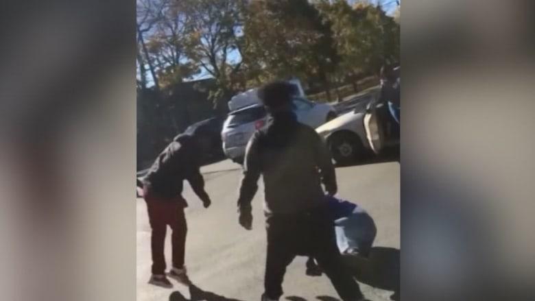 """أمريكي يتعرض للضرب والمارة يصيحون عليه """"لقد صوّت لترامب"""""""