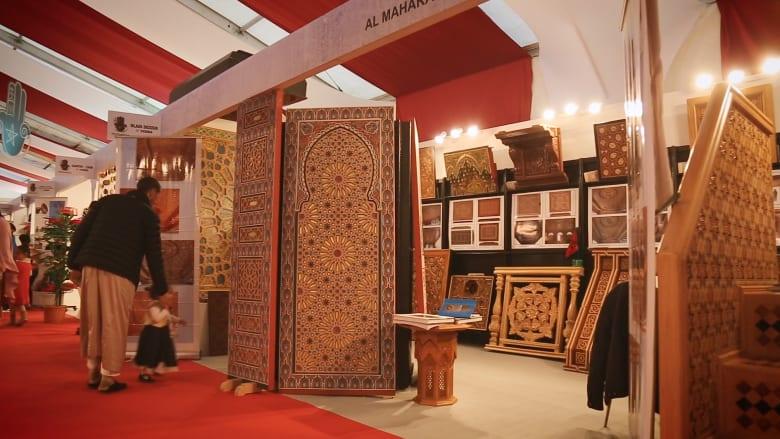 صناع تقليديون مغاربة يعرضون إبداعاتهم على هامش قمة المناخ