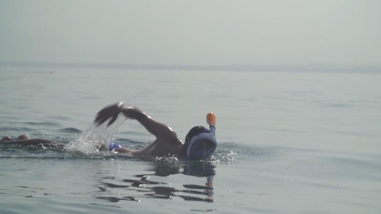 سباحون يتحدون ملوحة البحر الميت