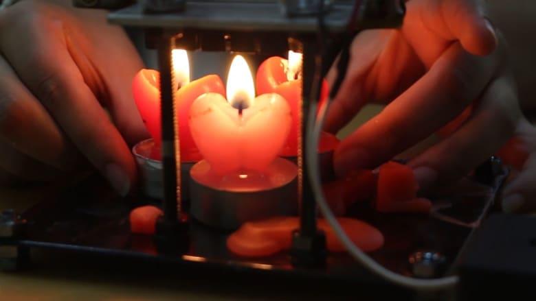 """فتاة من غزة تحول """"الشمعة"""" إلى كهرباء بجهاز بسيط"""