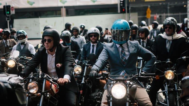 دراجات نارية وبزات رسمية! لكن هؤلاء الرجال فعلوها