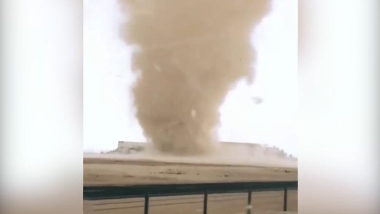 رصد دراماتيكي لدوامة هوائية مزدوجة في قطر