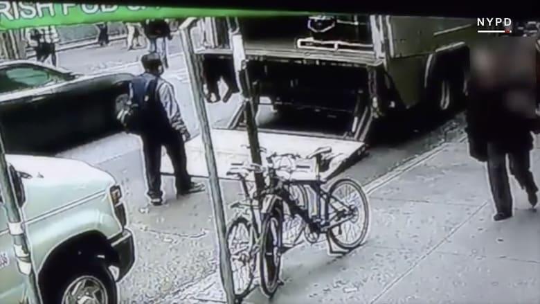 شاهد.. كاميرا مراقبة ترصد رجلا يسرق دلواً مليئاً بالذهب