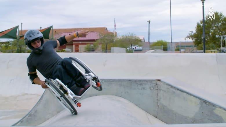 يحترف التزلج على كرسيه المتحرك