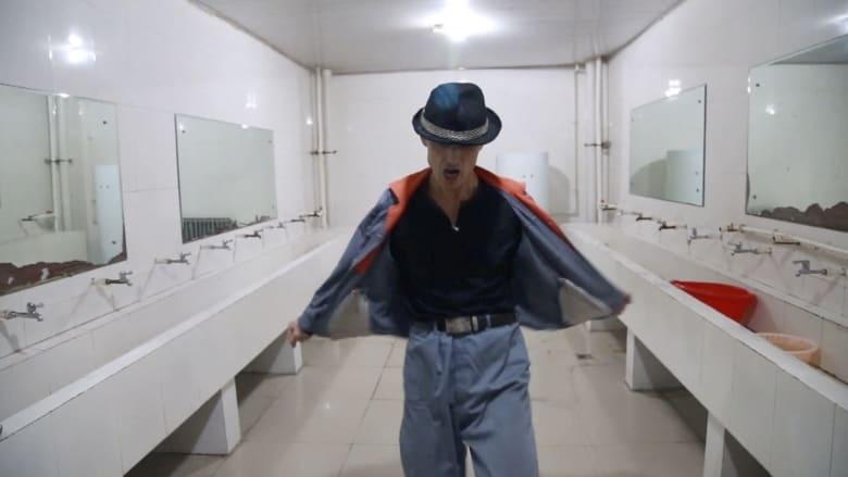 مسن صيني يجتاح الانترنت بالسير على خطى مايكل جاكسون