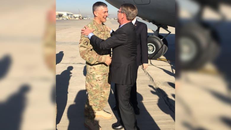 وزير الدفاع الأمريكي يزور قاعدة القيارة قرب الموصل