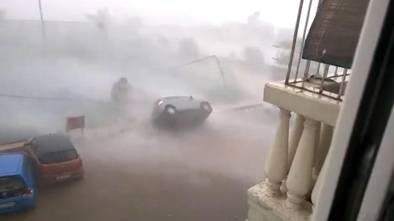 شاهد.. أمطار ورياح تقلب هذه السيارة في الهند