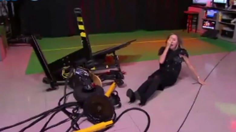 مذيعة تقود دراجة كهربائية على الهواء.. شاهد ماذا حدث لها!
