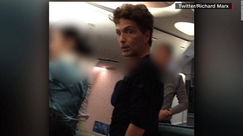 مغني أمريكي شهير يفاجىء ركاب طائرة كورية خلال عراك على متنها