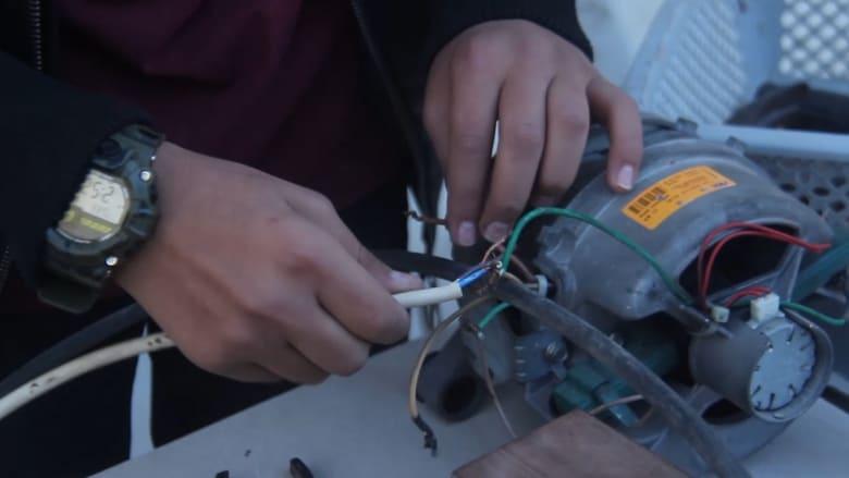 شاهدوا كيف يحول هذا الفتى من غزة الخردة لآلات