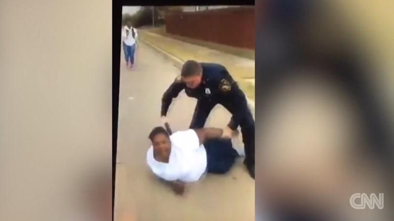 ضابط شرطة يتعمد إثارة غضب أم ليعتقلها